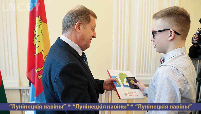 Photo of Паспорт вручил губернатор