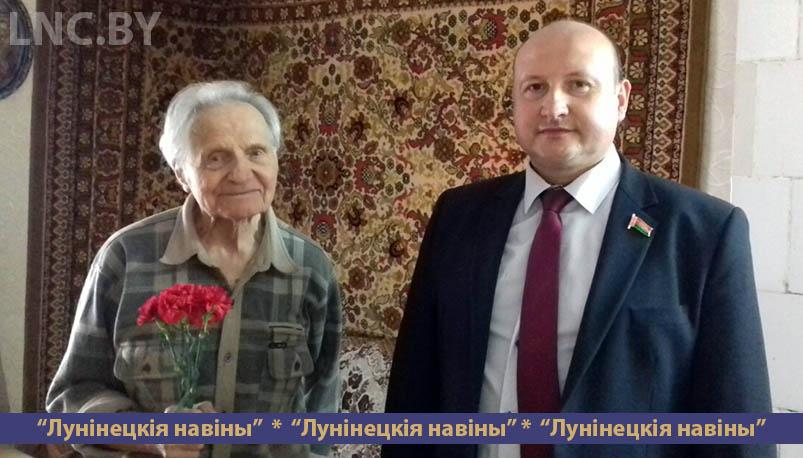 Photo of Анатолий Насеня поздравил ветерана с наступающим праздником