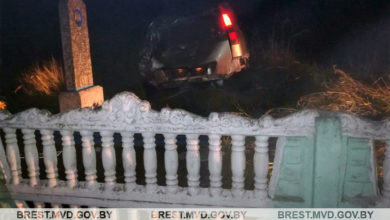 Photo of В Лунинецком районе легковушка протаранила забор кладбища и опрокинулась