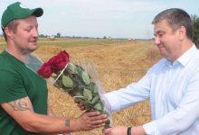 Photo of Юрий Шулейко поздравил первого в области водителя-двухтысячника на уборке урожая