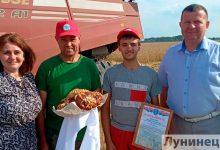 Photo of Экипаж комбайнеров Сергея и Давида Ивановых первым на Лунинетчине достиг тысячного намолота зерна