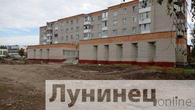 """Photo of Фотофакт. Около 900 """"квадратов"""" тротуарной плитки уложат при благоустройства городских библиотек"""