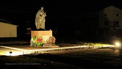 Photo of Фотофакт. Ночная подсветка украсила памятник воину-осободителю в Микашевичах